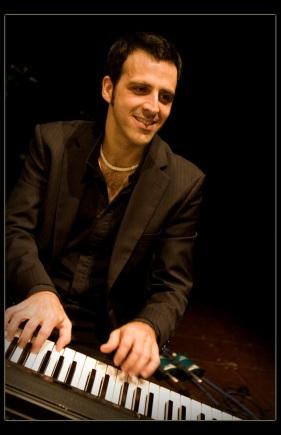 EO SIMON ESTUDIA LA CARRERA DE PIANO CLASICO Y MAS TARDE SE ESPECIALIZA EN JAZZ Y ARMONIA MODERNA HACE DE LA IMPROVISACION UN PILAR BASICO EN EL DESARROLLO DE SU MUSICA, LO CUAL LE HA LLEVADO A LA PUBLICACION DE DOS DISCOS EN ARGENTINA (PIANO MEDITATIONS Y RELAXIN PIANO)